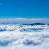 雲の波、青い島